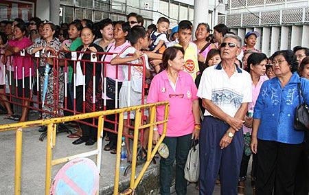 ประชาชนร่วมฟังคำพิพากษาคดีทุจริตการจัดซื้อที่ดินย่านรัชดา