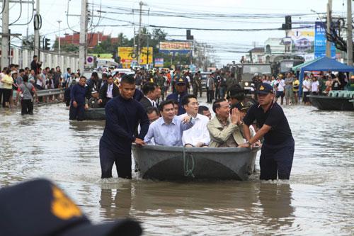 น้ำท่วมโคราช นายกฯ ลงพื้นที่ตรวจเยื่ยมประชาชนในเขตเทศบาลนครนครราชสีมา