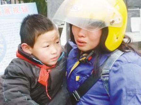 สุดยอดคุณแม่ ขับจักรยานยนต์ 6 วันเพื่อไปหาลูก Mother1_1