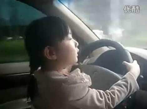 อึ้ง! พ่อจีนปล่อยลูกสาว 4  ขวบขับรถบนถนน