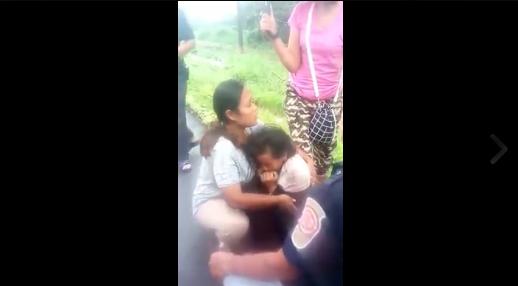 กู้ภัยระนอง รุดช่วยหญิงสาววัย 20 ปีเศษ นั่งร้องไห้ตัวสั่นริมถนน