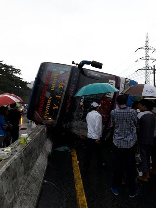 รถบัสสายกรุงเทพฯ-นครศรีฯ เสียหลักพลิกคว่ำ