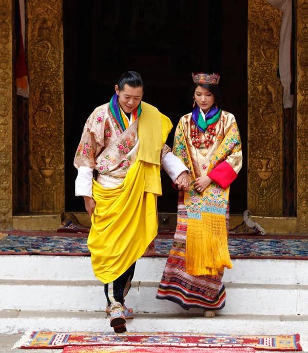 พระราชินี: ย้อนชมเส้นทางรักของกษัตริย์จิกมี-พระราชินีเจตซุน คู่บารมี