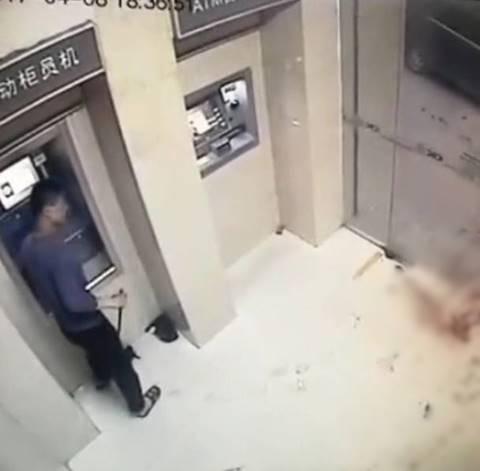 เปิดภาพช็อก ! โจรลงมือเหี้ยมแทงดับ 2 ศพ ขณะรอกด ATM ทิ้งเหยื่อนอนเลือดอาบ
