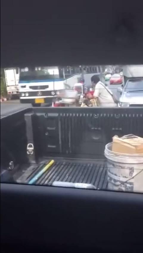 มิจฉาชีพเนียนขอ 200 ค่าจอดรถข้างวัดบวรฯ ซ้ำเตรียมจัดฉากให้ชนรถเอาค่าเสียหาย