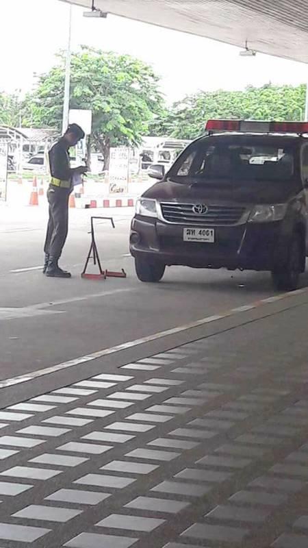 รปภ. สนามบินอุดรฯ ล็อกล้อรถตำรวจ