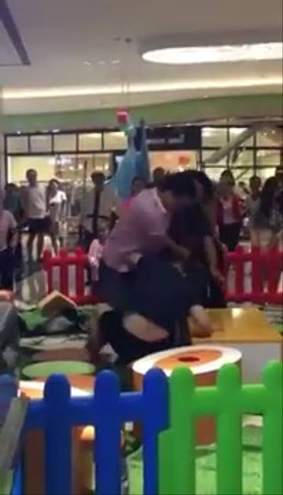 พ่อแม่ 2 คู่ ชก-ตบสนั่นห้าง