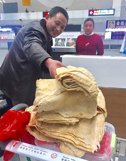 ลุงจีนหอบแพนเค้กฝีมือแม่กองโตขึ้นเครื่องบิน