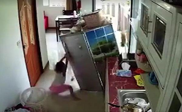เด็กหญิงโหนตู้เย็นเกือบล้มทับ