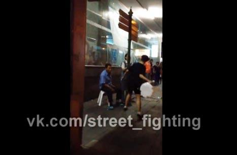 แพร่ทั่วโลก! คลิปเด็กไทยใช้เก้าอี้ฟาดหญิงสูงวัย ริมถนน กทม.