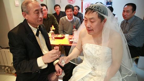 คู่เกย์จีนจูงมือเข้าพิธีวิวาห์