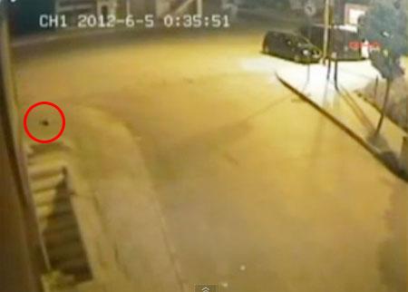 สาวตุรกีคลอดลูกขณะเดินบนถนน ก่อนเดินหนีไปหน้าตาเฉย