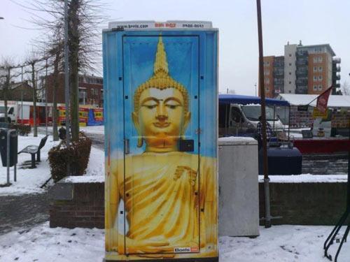 ส้วมสาธารณะเนเธอร์แลนด์ สกรีนภาพพระพุทธรูปแต่งผนัง