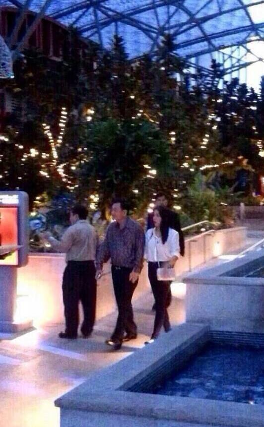 ทักษิณ ใบเตย ภาพว่อนเน็ต จูงมือที่สิงคโปร์ ใช่หรือไม่