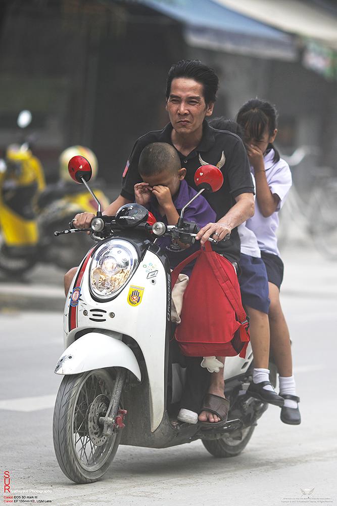ภาพชีวิตสุดทุกข์...ความจำทนของผู้คนที่ต้องสัญจรบนถนนเปื้อนฝุ่น