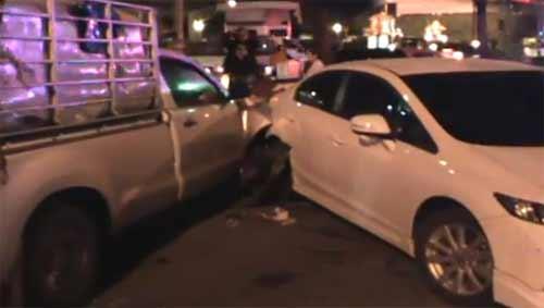 สาวซิ่งกระบะพุ่งชนรถติดไฟแดง เสียหายระนาว 10 คัน สาหัส 2
