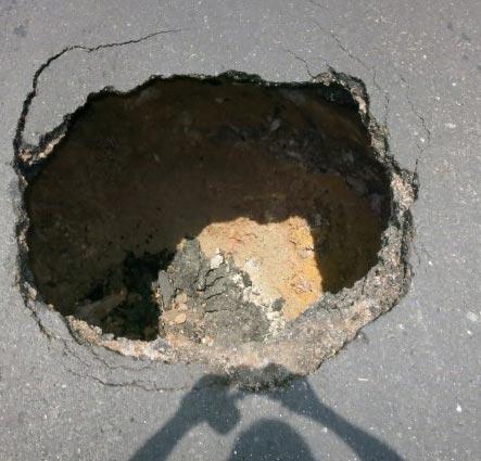 หลุมยุบกลางถนนสิงคโปร์ลึก 3 เมตร มอเตอร์ไซค์หวิดดับ