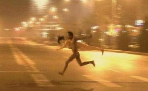 ชาวเน็ตจีนแชร์ภาพชายเปลือยอุ้มตุ๊กตายางวิ่งหนีสาว