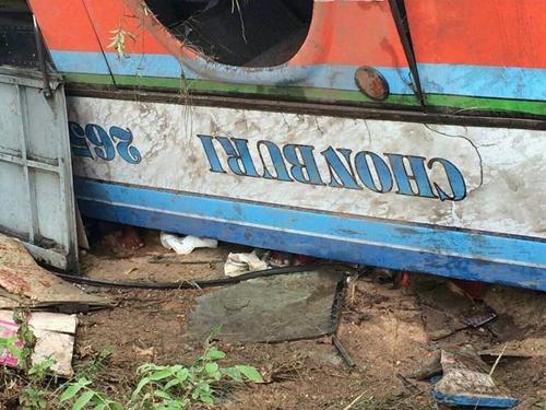 รถทัวร์โคราช-ชลบุรี พลิกคว่ำหงายท้องที่พนมสารคาม ดับ 1 เจ็บกว่า 30