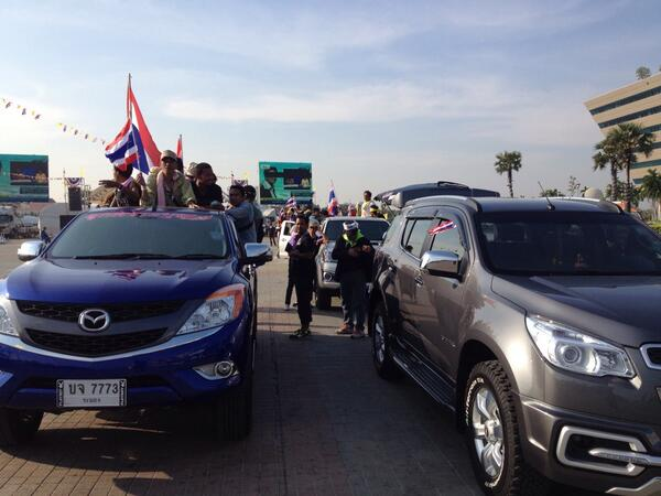 มวลชน กปปส. ที่ศูนย์ราชการฯขึ้นรถยนต์ออกเดินทางไป สตช.