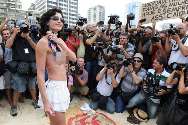 หญิงบราซิลรวมตัวเปลือยอกประท้วงกฎห้ามเปลือยอกอาบแดด