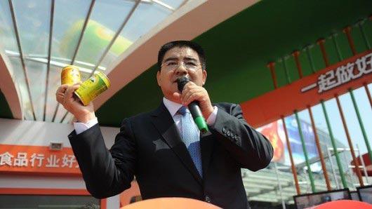 เศรษฐีจีนใจป้ำ เลี้ยงข้าวคนจนนับพัน แจกเงินคนละหมื่น
