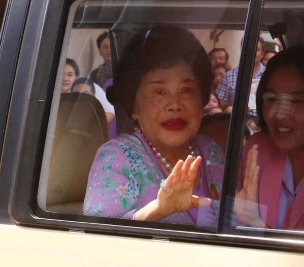พระราชินี: ในหลวง-ราชินี เสด็จฯ ออกจากศิริราชแล้ว ประชาชนเปล่งเสียง