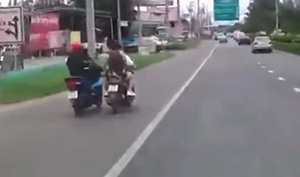 ตำรวจแจ้งข้อหาโจ๋วัย 18 ถีบรถจักรยานยนต์ล้ม