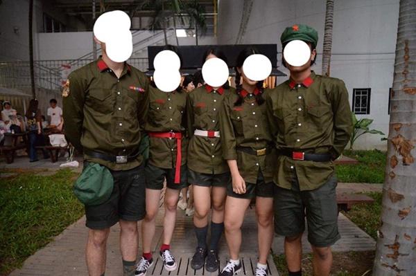 นักศึกษาใส่ชุดฮิตเลอร์
