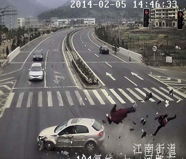 ภาพหวาดเสียว สามล้อฝ่าไฟแดงโดนรถชนลอยคว้างกลางอากาศ