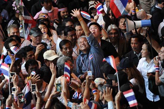 สื่อนอกแพร่บทวิเคราะห์การเมืองไทย เฮือกสุดท้ายของอำมาตย์