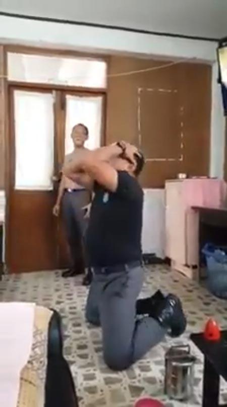 คลิปตำรวจหนุ่มออกอาการดีใจ
