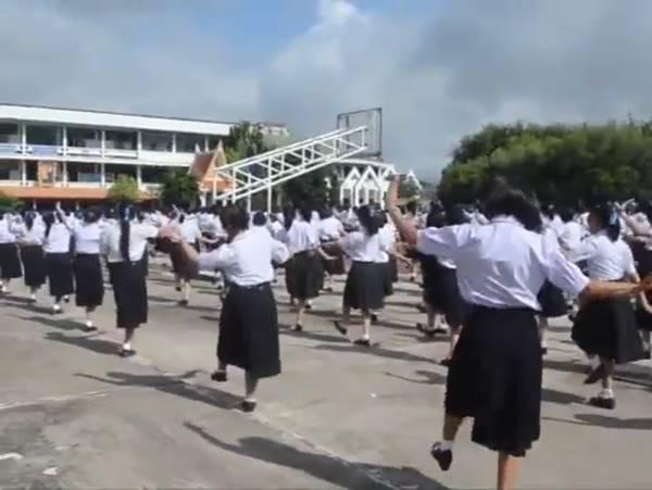 ครูนักเรียนสตรีฯ เมืองอุดร รวมใจฟ้อนหมู่