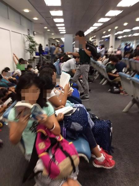 เด็กญี่ปุ่นอ่านหนังสือรอเครื่องบิน