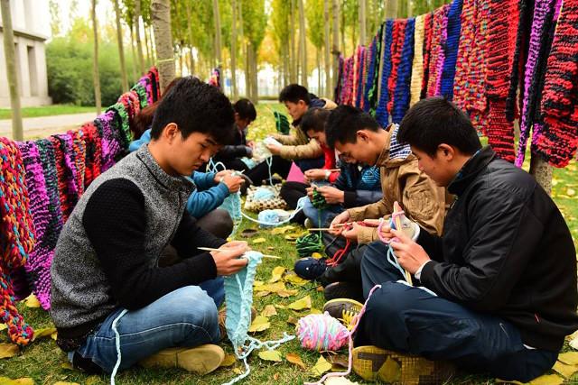 นักศึกษานับร้อยถักผ้าพันคอให้คนกวาดถนน