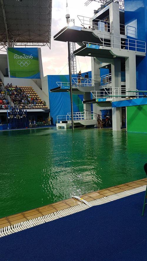 น้ำในสระสำหรับแข่งโอลิมปิก 2016 เปลี่ยนเป็นสีเขียว