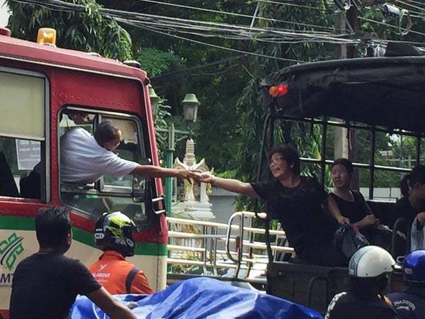 สาวใหญ่ใจดี ยื่นอาหารแบ่งปันให้คนขับรถเมล์อย่างสุดแขน ตอนรถติด
