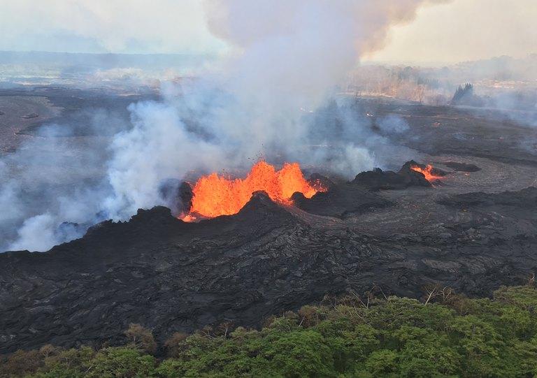 ข่าวภูเขาไฟระเบิดที่ฮาวาย ปะทุต่อเนื่อง 3 สัปดาห์ พ่นลาวา แก๊สพิษไม่หยุด