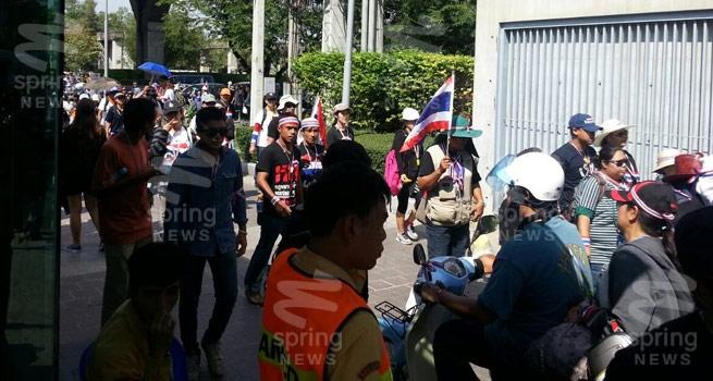 ม็อบบุกยึดไทยพีบีเอส เรียกร้องออกอากาศแถลงการณ์ผ่านบลูสกาย