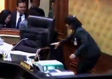 รังสิมา - ขัตติยา แจงแค่แย่งเก้าอี้ ไม่ได้ตบตีกันในสภา