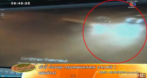 คลิป ฟอร์จูนเนอร์พุ่งชนรถสิบล้อ เหตุไฟเหลืองกะพริบทั้ง 2 ทาง