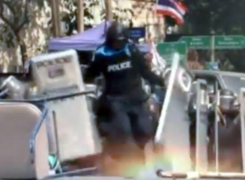 คลิประเบิดตกใส่ตำรวจ