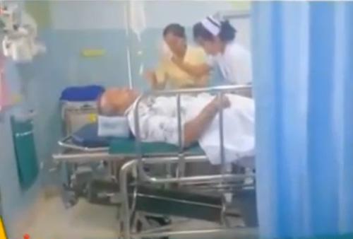 พ่อจา พนม ถูกหามตัวส่งโรงพยาบาล