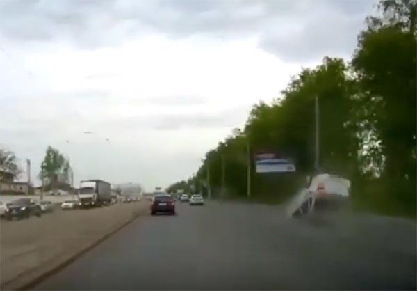 คลิปนาทีระทึก รถเก๋งเกิดเหตุพลิกคว่ำหลายตลบ