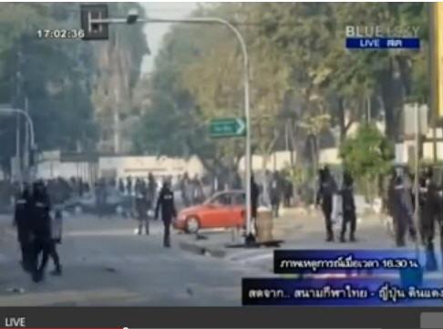 คลิปตำรวจรุมทุบรถประชาชนทั้งที่มีผู้หญิงอยู่ในรถ