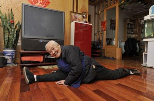 มีท่ายาก! สาวจีนฮิตแยกขา โพสต์รูปลงเน็ต