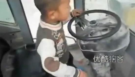 ทึ่ง! อาตี๋น้อย 5 ขวบ บังคับรถขนดินได้อย่างคล่อง