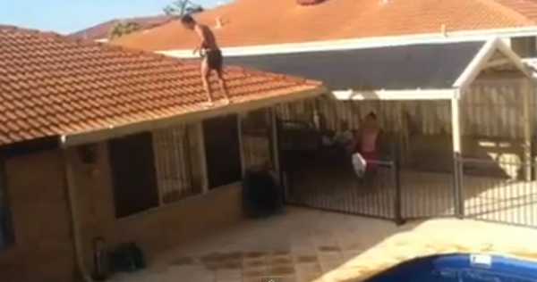 คลิปหวาดเสียว หนุ่มออสซี่โชว์ตีลังกาหลัง จากหลังคาบ้านลงสระ