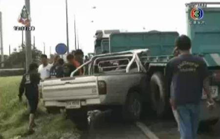 รถพ่วง 18 ล้อ เลี้ยวตัดหน้า กระบะเสียหลักพุ่งชน ดับ 1 ศพ