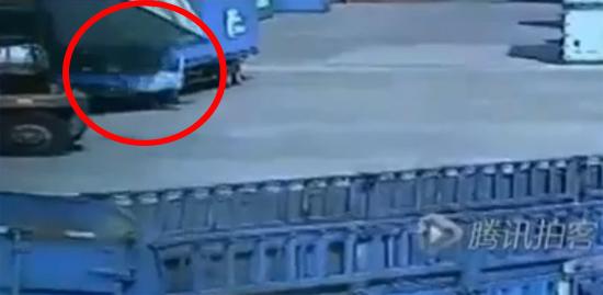 เผยคลิปสลด ตู้คอนเทนเนอร์ร่วงทับคนขับรถพ่วงดับ